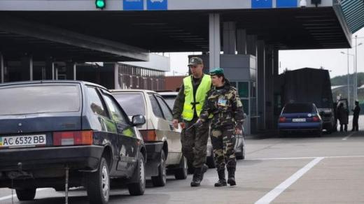 """Майже двісті автівок застрягли, намагаючись перетнути угорський кордон на КПП """"Лужанка"""""""