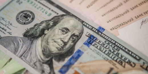 Долар в Україні застиг на місці, євро стрімко дорожчає