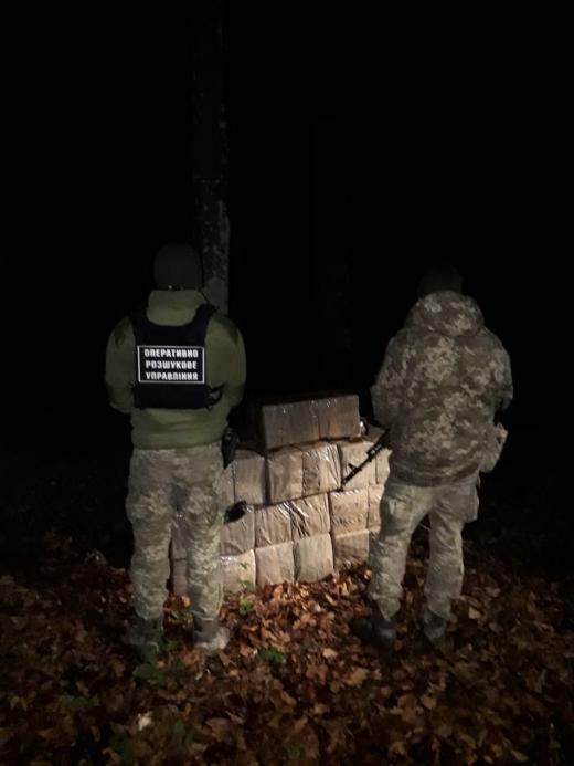 Поблизу українсько-румунського кордону виявили пакунки з цигарками