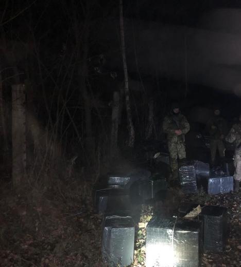 Поблизу кордону з Румунією прикордонники виявили групу осіб з пакунками з сигаретами: одного з порушників затримали