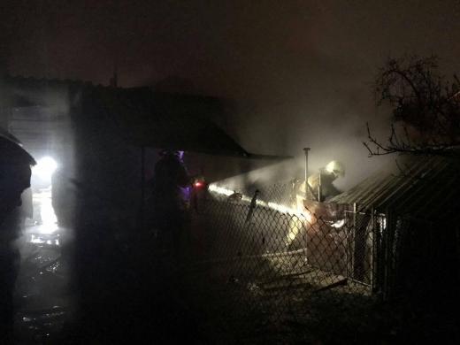 За ніч дві пожежі у Виноградові: рятувальники гасили загорання надвірних споруд