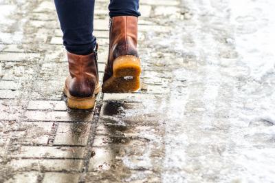 Можливі ожеледь та налипання мокрого снігу, але поступово теплішатиме – синоптик