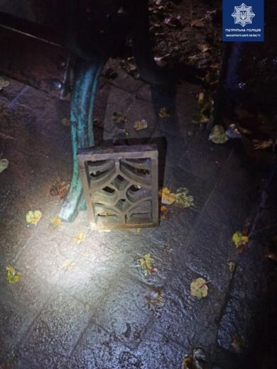 Закарпатські патрульні виявили ймовірних крадіїв каналізаційних решіток