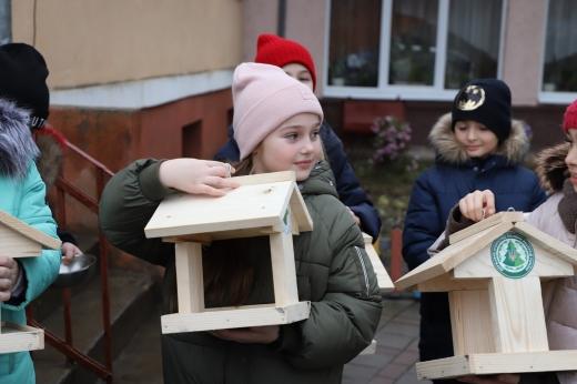 Лісничі передали 200 годівничок школам Ужгороді