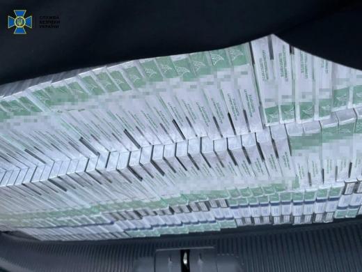 """У ПП """"Лужанка"""" в автівці іноземця з дипломатичним паспортом виявили контрабанду цигарок"""
