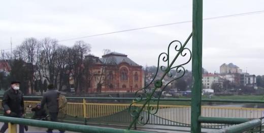 На пішохідному мості в Ужгороді з'явились архітектурні новації