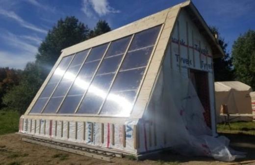 Вчені з Канади створили теплицю, яка працює від сонячних панелей
