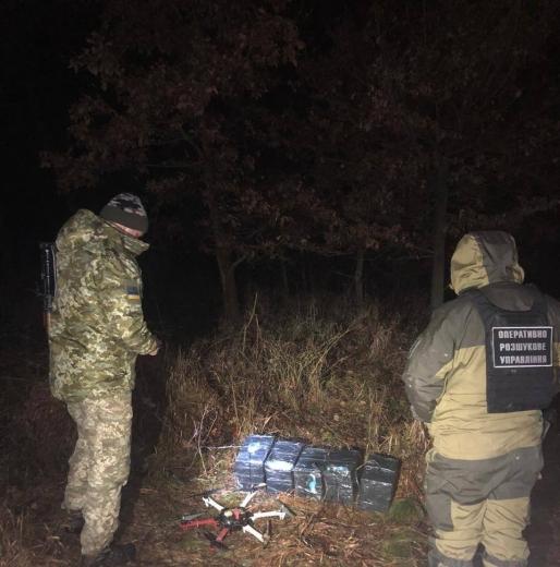 На кордоні з Румунією прикордонники виявили гексакоптер та 700 пачок безакцизних сигарет