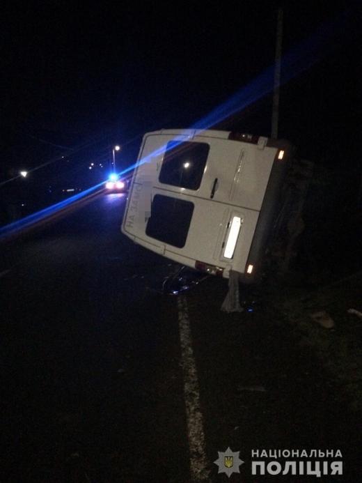 На Закарпатті туристичний автобус в'їхав у легковик: водій помер, багато травмованих