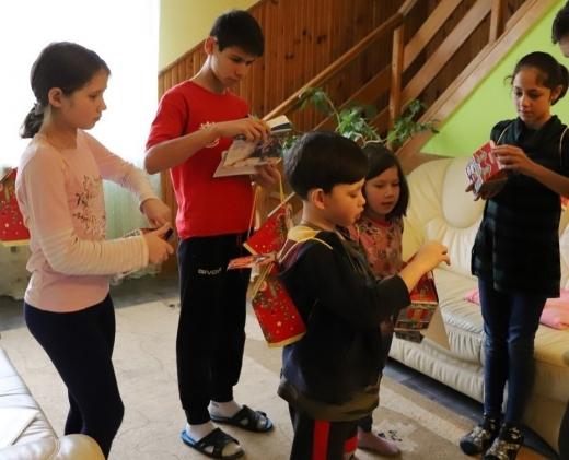 Вихованцям будинку сімейного типу в Ужгороді передали солодкі подарунки