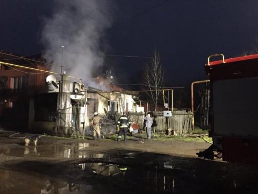 Вогнеборці Закарпаття ліквідували пожежу на території занедбаної меблевої фабрики