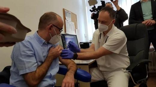 Лідери Чехії та Словаччини вакцинувались у прямому ефірі