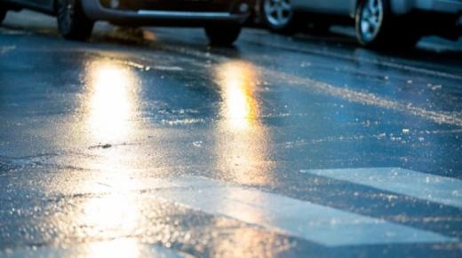 Шквали вітру та ожеледиця на дорогах: які області накриє негода