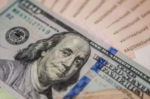 За кілька днів до Нового року в Україні почав зростати долар: курс в обмінниках