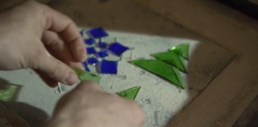 Пара із Закарпаття виготовляє новорічні іграшки зі скляних пляшок