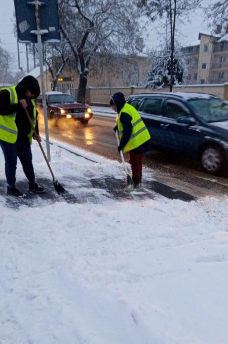 Нічний снігопад в Ужгороді: комунальники ліквідовують наслідки
