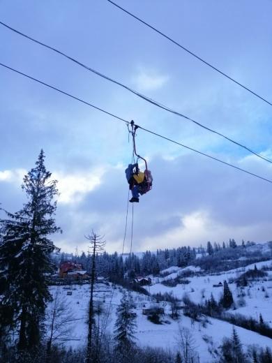 На одному з гірськолижних курортів Карпат зупинився підйомник: туристів знімають рятувальники
