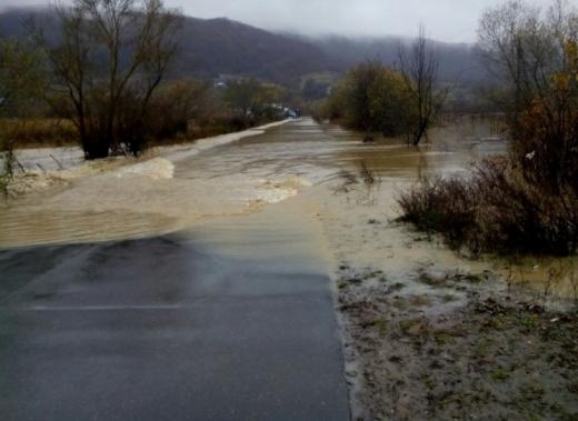 Негода на Закарпатті: підтоплено одну з доріг