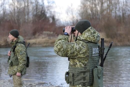 Поблизу кордону з Румунією закарпатські прикордонники знайшли в річці 6 пакунків з цигарками