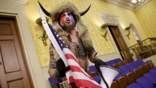 """У США почався суд над """"шаманом"""" та іншими знаковими нападниками на Капітолій"""