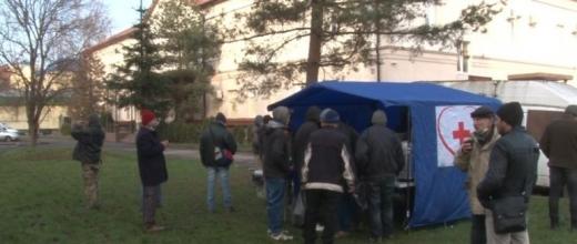 В Ужгороді благодійний фонд готує їжу для безхатьків