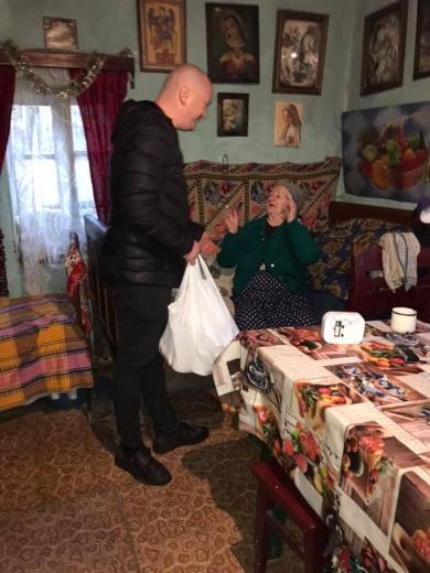 Майже сотню продуктових наборів роздали меценати малозабезпеченим і людям з інвалідністю на Ужгородщині