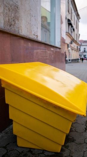 В Ужгороді встановили контейнери з протиожеледною сумішшю