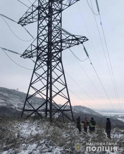 На Мукачівщині чоловік хотів зістрибнути з електроопори високовольтної лінії