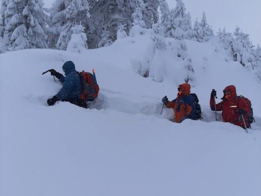 На Закарпатті волонтери знайшли заблукалого в горах 25-річного туриста