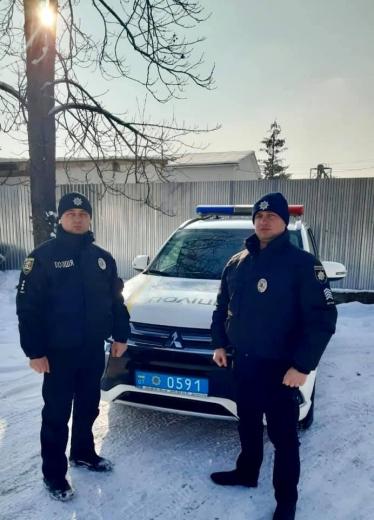 Застрягли в заторі: іршавські поліцейські допомогли вагітній жінці терміново добратися до пологового