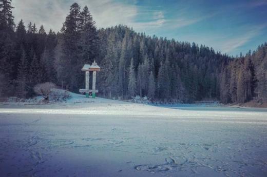 Замерзло  найбільше озеро Українських Карпат (ВІДЕО)
