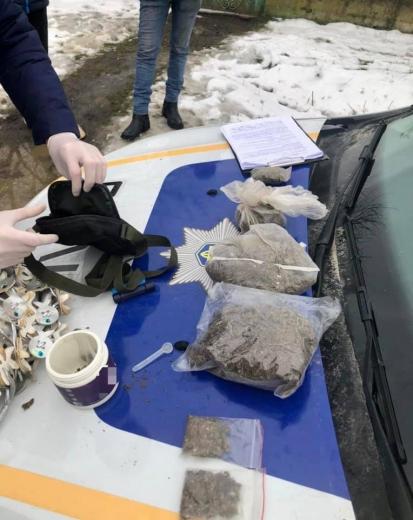 Майже пів кілограма наркотиків вилучили поліціянти у жительки Ужгородщини