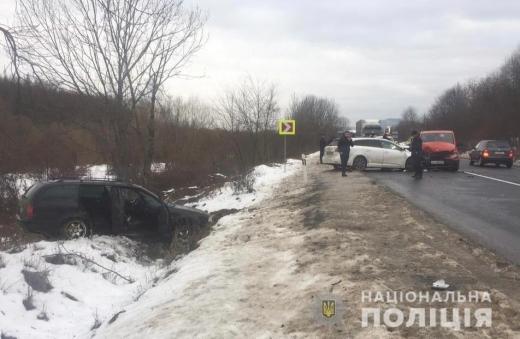 На Мукачівщині трапилась ДТП за участі чотирьох автівок: серед травмованих є діти
