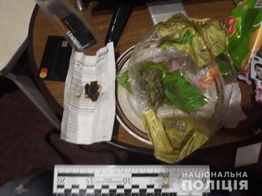 У Мукачеві під час обшуків поліція виявила у двох чоловіків наркотики, зброю та вибухівку