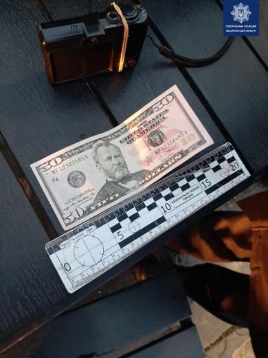 В Мукачеві чоловік намагався обміняти фальшиві долари