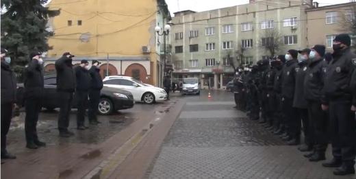 До патрулювання Мукачева залучили додаткові екіпажі поліцейських та нацгвардійців (ВІДЕО)