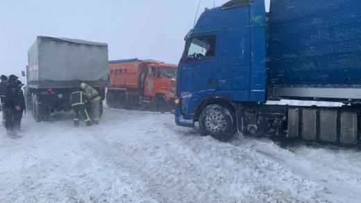 На трасі Київ – Чоп через негоду застрягли вантажівки: на місці працюють рятувальники
