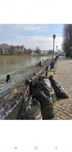 """Екоактивісти Ужгорода показали """"знахідки"""", зібрані під час прибирання берегів річки"""