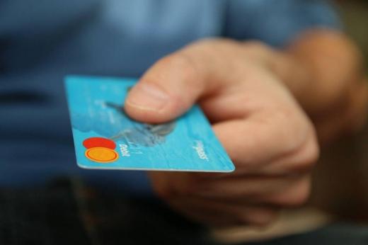 Поліція розшукала 18-річного мукачівця, який розраховувався чужою карткою за алкоголь та цигарки