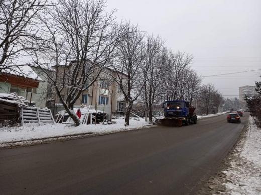 Ужгород розчищають від снігу (фотофакт)