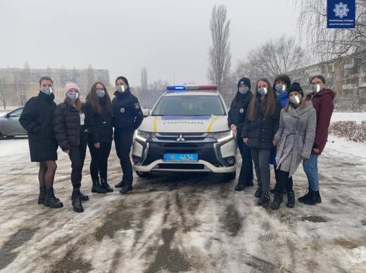 Ужгородські патрульні разом із школярами пошили світловідбиваючі маски