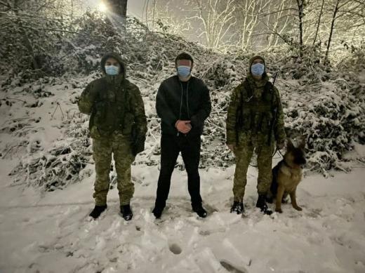 Закарпатські прикордонники затримали іноземця, який хотів потрапити на територію України в обхід пунктів пропуску