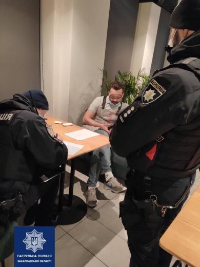 В Ужгороді патрульні зафіксували роботу барів у заборонений карантином час
