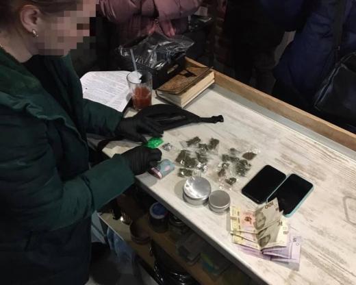 В Ужгороді під час спроби чергового збуту наркотиків затримали 24-річну жінку