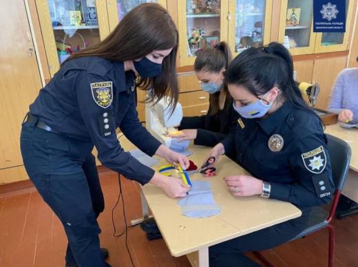 Правоохоронці Ужгорода виготовили разом зі школярами маски зі світловідбиваючими елементами