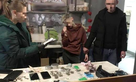 Працівниця ужгородського кафе продавала заборонені речовини