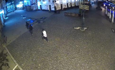 Момент крадіжки решіток зливоприймачів у центрі Ужгорода зафіксували камери спостереження