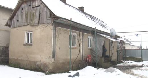 На Мукачівщині волонтери взялись ремонтувати будинок малозабезпеченій родині (ВІДЕО)