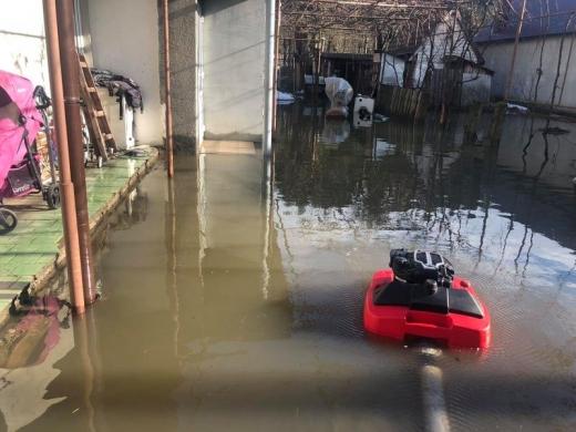 Рятувальники відкачують воду з підтоплених дворогосподарств у Хусті та Рахові
