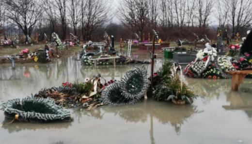 У одному з мікрорайонів Мукачева затопило цвинтар